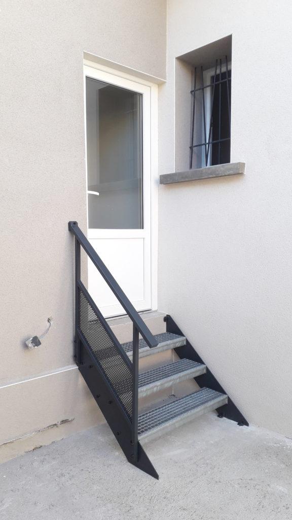 petit escalier avec garde corps acier