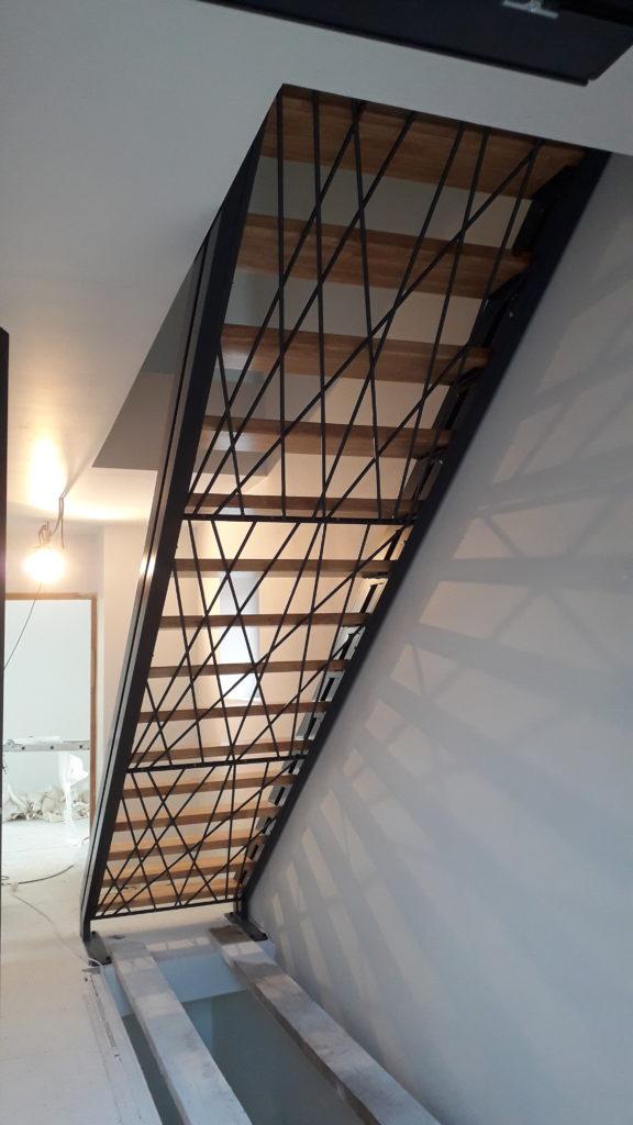 escalier droit limons latéraux acier et bois contre marches croisées