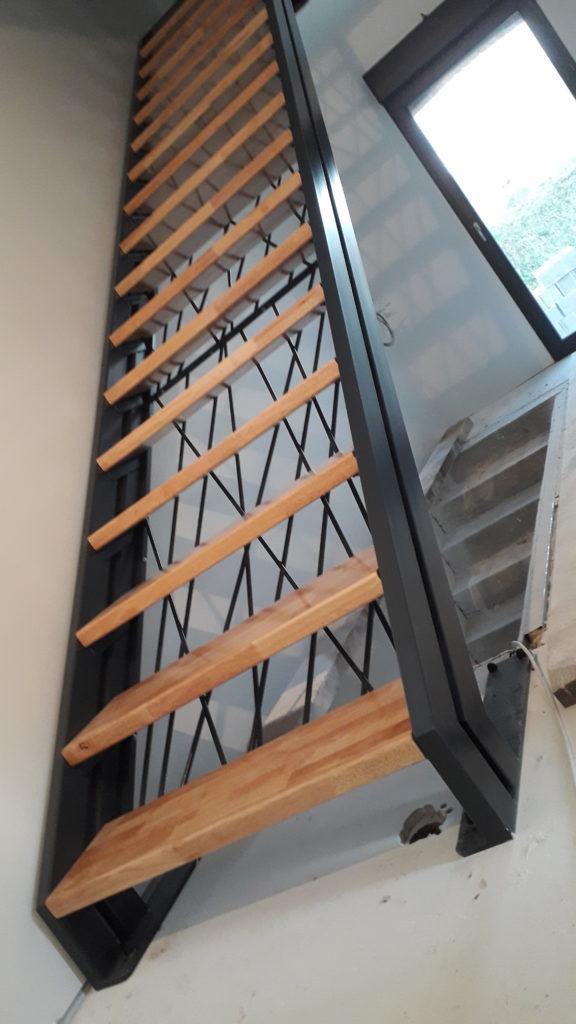 métallerie serrurerie escalier droit limons latéraux acier et bois contre marches croisées