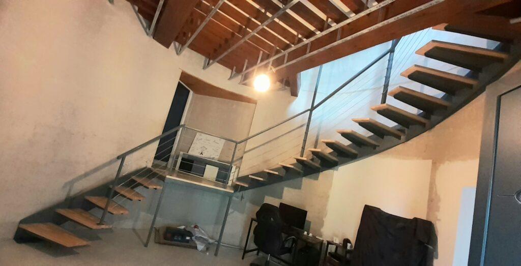 escalier limon latéral bois acier et epoxy