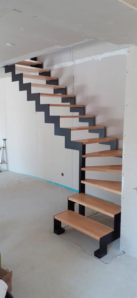 escalier limons latéraux, bois acier et epoxy