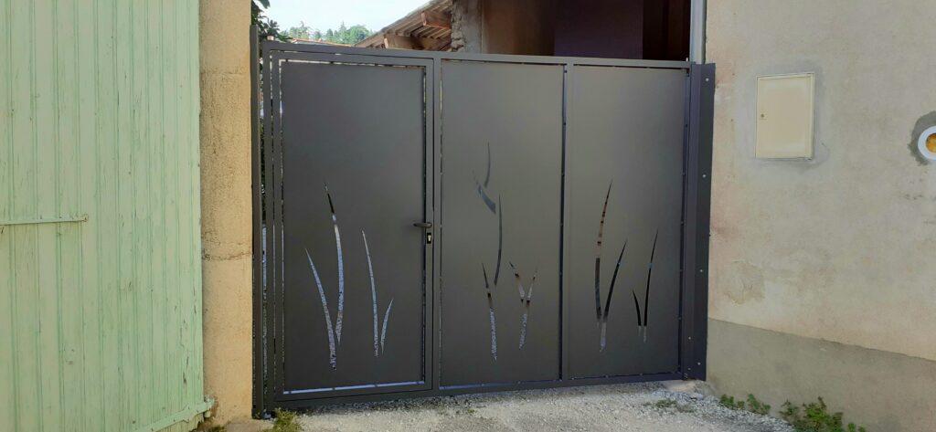 portail découpe laser, porte intégrée, aluminium et epoxy